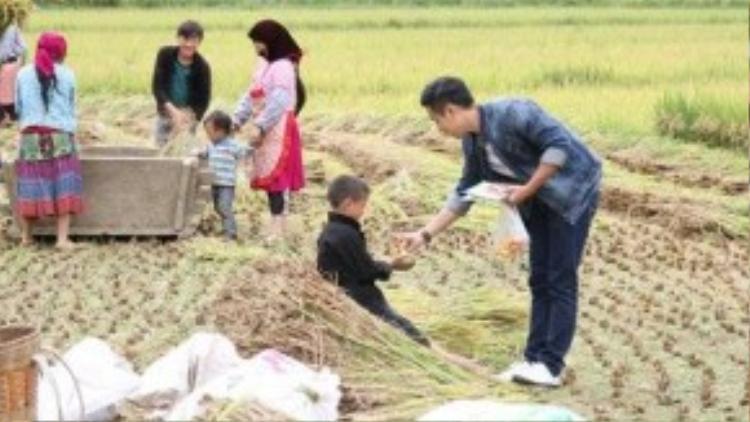 Trên suốt hành trình đi phượt của mình, Nguyên Khang thỉnh thoảng ghé chân tại những cánh đồng lúa chín đang mùa gặt để tặng kẹo và truyện tranh cho những trẻ em nghèo vùng cao.