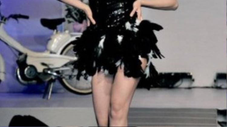 """Tháng 10/2011, khi đang là cái tên đình đám trong làng giải trí Việt thì siêu mẫu Vũ Thu Phương bất ngờ tuyên bố giải nghệ. Trước đó, người đẹp gốc Nam Định gây chú ý khi lái chiếc xe 10 tỷ đi dự sự kiện, cô gọi đây là thị phi """"giọt nước làm tràn ly"""" và quyết định chia tay với showbiz. Vào thời điểm đó, Vũ Thu Phương là chân dài đắt show thời trang, cô còn lấn sân diễn xuất với nhiều vai diễn ấn tượng."""