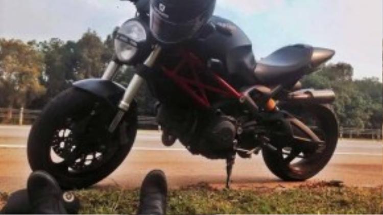 Ducati Monster 795 - một người bạn thân thuộc của Kate.