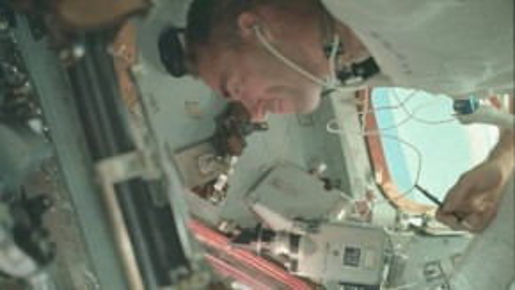 Phi hành gia R Walter Cunningham của tàu Apollo 7 đang truyền tín hiệu phát sóng trực tiếp về Trái đất, gửi lời cám ơn mọi người đã gửi thiệp chúc mừng và thư động viên tới phi hành đoàn.