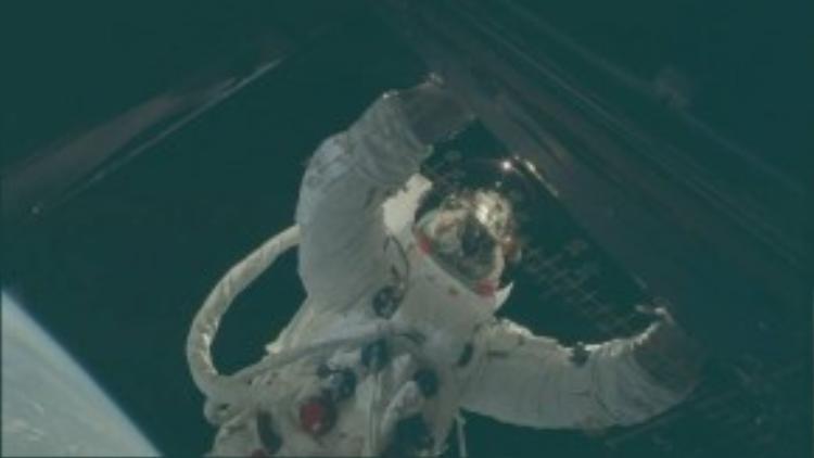 Cuộc sống của các nhà du hành vũ trụ còn khá rủi ro và có thể hy sinh bất cứ lúc nào nếu không đảm bảo các quy tắc an toàn. Trong ảnh là một phi hành gia lơ lửng ngoài tàu để bảo trì thiết bị.