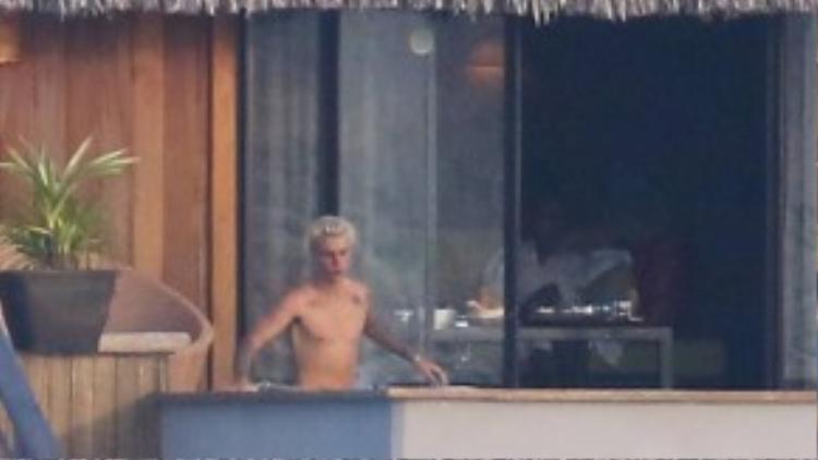 Những hình ảnh riêng tư của Justin Bieber khi đi nghỉ ở Bora Bora vừa bị phóng viên ảnh của New York Daily chụp lại.