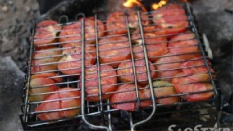 Cà chua nướng trên than là món ăn ngon, dễ làm, lại cung cấp vitamin củng cố sức khoẻ chuẩn bị cho mùa đông sắp tới.