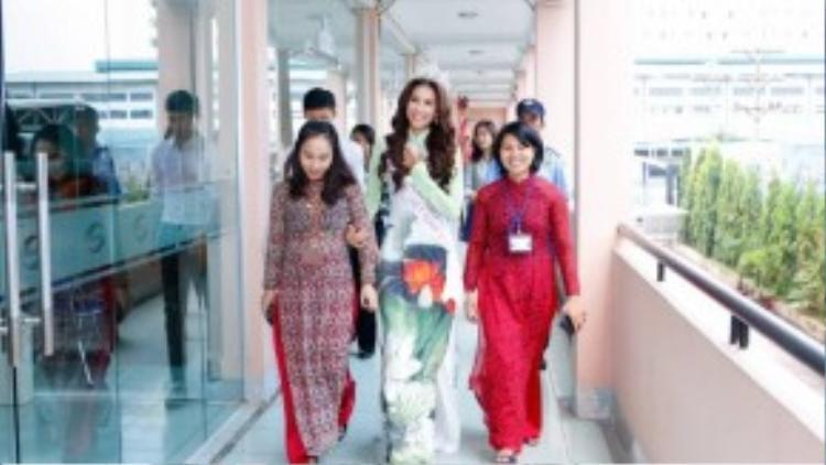 Hàng nghìn sinh viên đã có mặt từ rất sớm để chào đón sự xuất hiện của tân hoa hậu Phạm Hương.