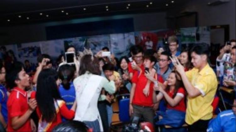 Các sinh viên vây quanh Phạm Hương để chụp hình kỷ niệm cùng cô giáo.
