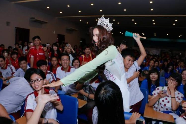 Hoa hậu Phạm Hương về thăm trường cũ