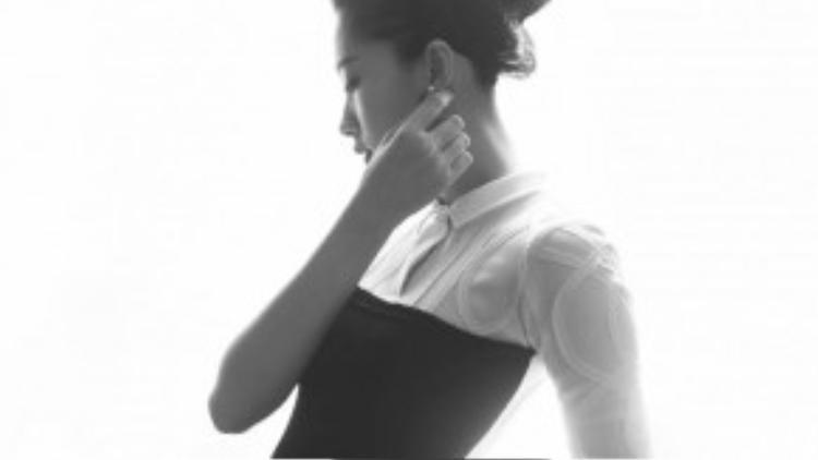 Với tông màu trắng, đen và nude với chất vải cao cấp, những thiết kế sang trọng đã tôn vinh thêm sự gợi cảm cho hoa hậu.