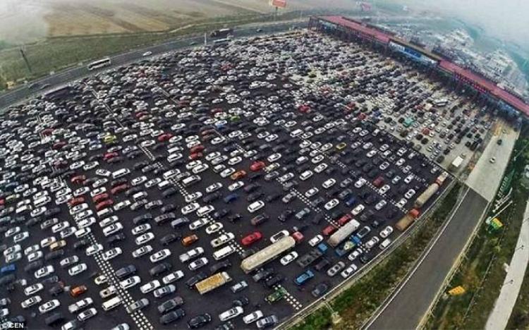 Kẹt xe thở không nổi sau nghỉ lễ ở Trung Quốc