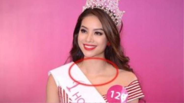 """Chiếc vòng cổ của hoa hậu Phạm Hương thay đổi từ đen sang trắng trên sân khấu rồi sau đó """"biến mất"""" ở buổi gặp gỡ truyền thông."""