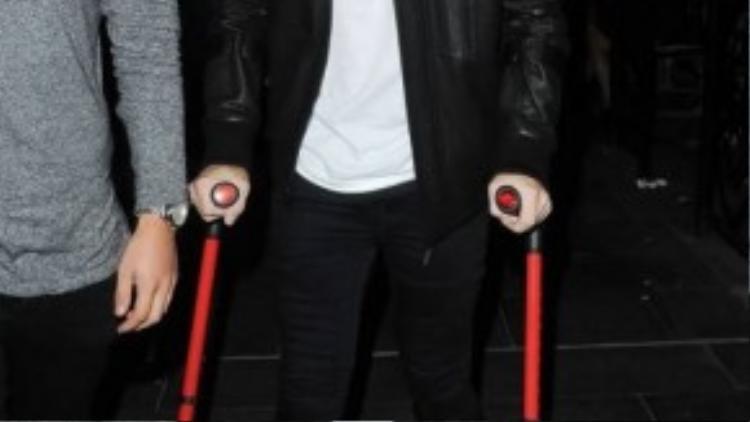 Luke Shaw đã có những bước chân đầu tiên ra ngoài sau pha chấn thương nghiêm trọng.