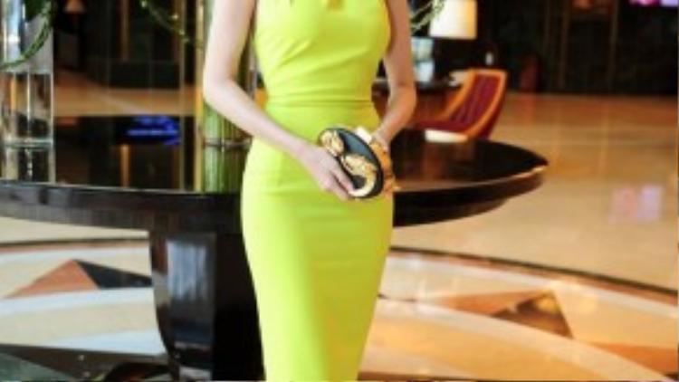 Người đẹp nổi bật với chiếc váy màu xanh dạ quang.