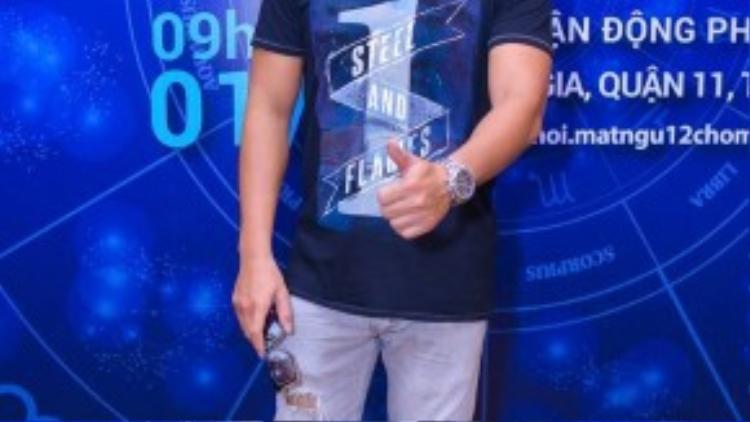 DJ Hoàng Anh cá tính với quần jeans, áo thun.
