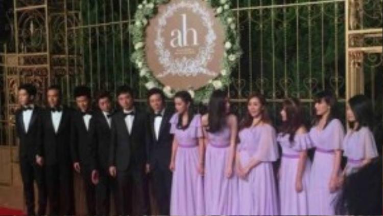 Từ 17h30, các nghệ sĩ khách mời trong đám cưới Angela Baby và Huỳnh Hiểu Minh đã có mặt trên thảm đỏ. Do tên tuổi của hai nghệ sĩ hạng A trong showbiz nên lượng khách mời có mặt được đánh giá đông kỷ lục. Trong ảnh là dàn phù dâu và phù rể có mặt khá sớm.
