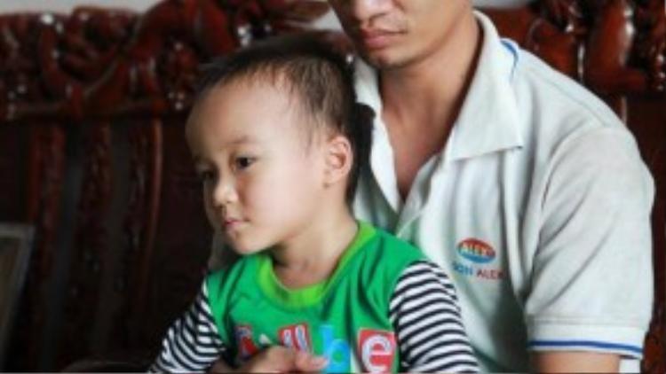 Ngoài thời gian phụ giúp gia đình trông nom, chăm sóc vườn ổi, Lệ Rơi còn thường xuyên chơi với cháu trai cho khuây khỏa trong giai đoạn khó khăn này. Ảnh: Dân Việt