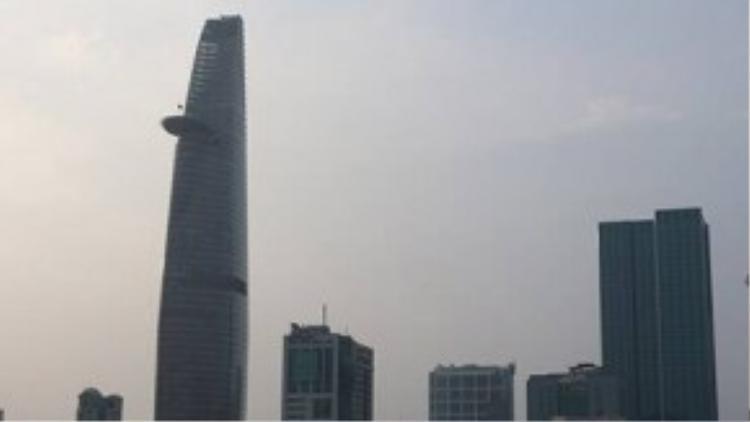 Khi đứng ở khu vực quận 2 có thể quan sát rõ các tòa nhà cao tầng ở quân 1. Ảnh chụp lúc 17 giờ ngày 8.10 - Ảnh: Hoài Nhơn.