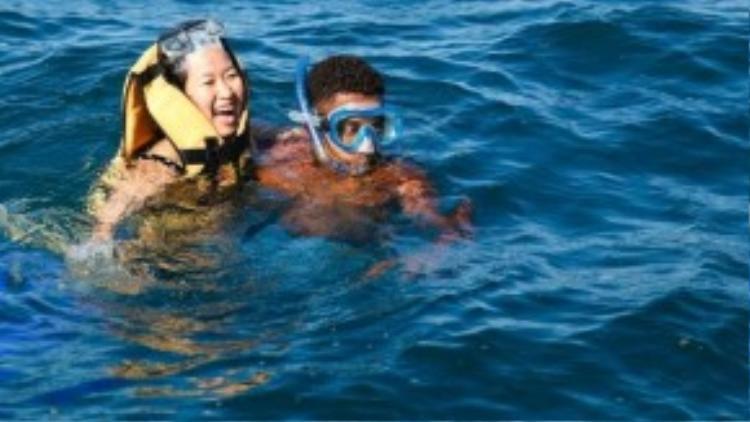 Chị Thúy Hà cho biết, đây là lần thứ hai chị quay lại quốc đảo này, nhưng là lần đầu tiên được bơi cùng cá heo.