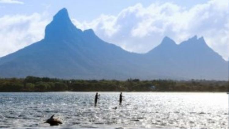 Để bảo đảm an toàn cho du khách, quanh khu vực bơi luôn có người dùng thuyền kayak nhỏ để theo dõi và hỗ trợ khi cần thiết.