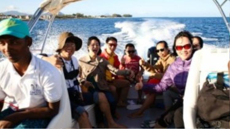 Du khách đi cano ra khu vực có cá heo.