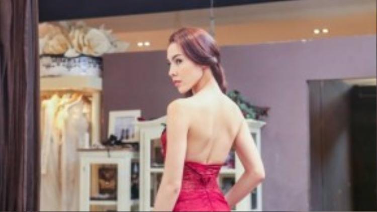Với trang phục dạ hội, Lệ Quyên cũng đã có buổi thử trang phục tại showroom của cửa hàng NTK Anh Thư.