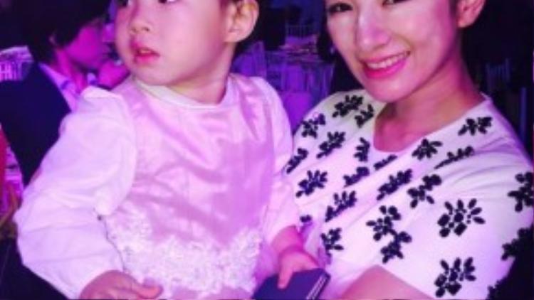 Nữ diễn viên Huỳnh Dịch và con gái.