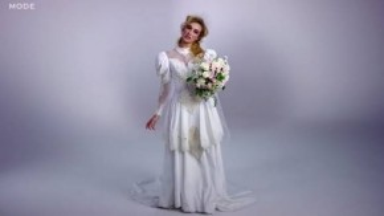 Năm 1985 váy cưới được thiết kế nhiều tầng với nhiều lớp phồng rộng ở thân váy và cầu vai. Tóc uốn xoăn nhẹ, đơn giản.