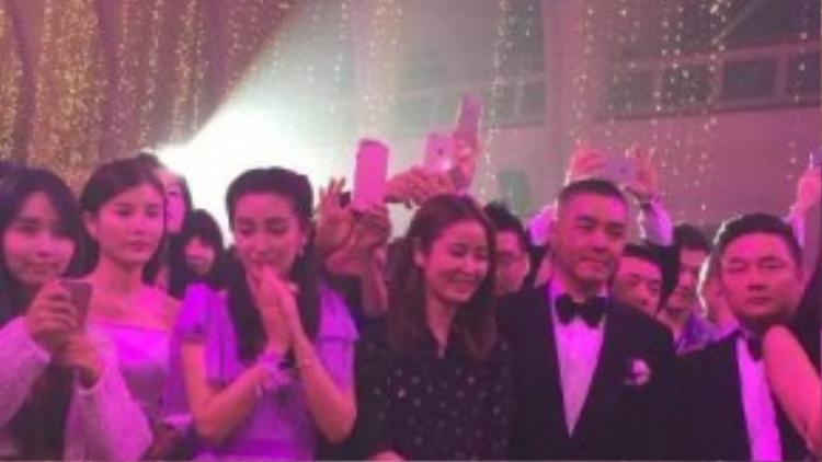 """Vì biết Angela Baby thích đông đúc, anh mời hơn 150 khách mời là nghệ sĩ nổi tiếng chứng tỏ thanh thế. Sina bình luận: """"Hơn nửa showbiz đã có mặt ở đám cưới Huỳnh Hiểu Minh""""."""