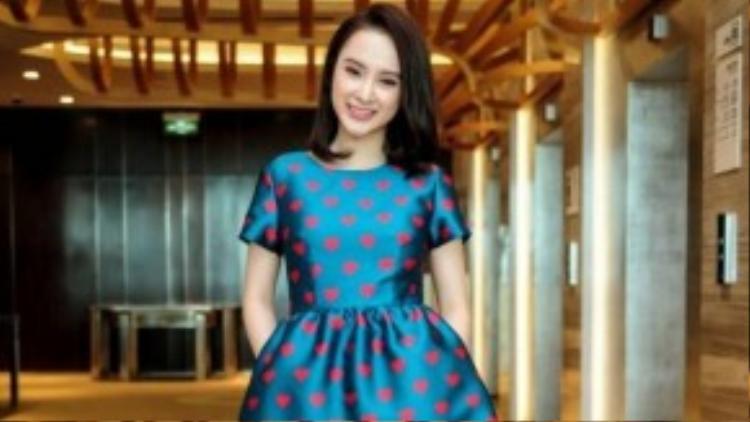 Chiếc váy khiến Phương Trinh xinh đẹp, trẻ trung và không kém phần quyến rũ bởi những họa tiết trái tim nhí cùng tông màu với đôi giày cao gót cô đi.