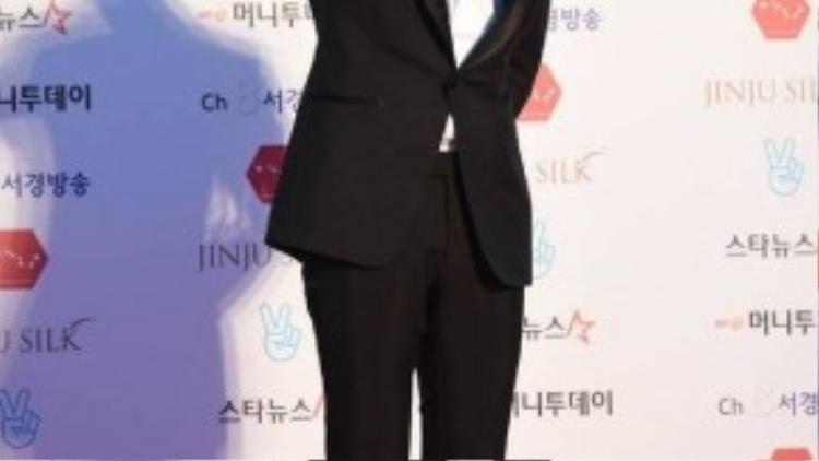 Các ngôi sao đình đám khác gồm Kim Soo Hyun - tài tử Vì sao đưa anh tới. Năm ngoái, nam diễn viên điển trai chiến thắng giải thưởng cao nhất Daesang.