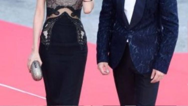 Thành viên Sooyoung của nhóm SNSD quyến rũ trong thiết kế ôm sát, sánh vai cùng nam diễn viên Oh Sang Jin. 2 nghệ sĩ đảm nhận vai trò MC của lễ trao giải.