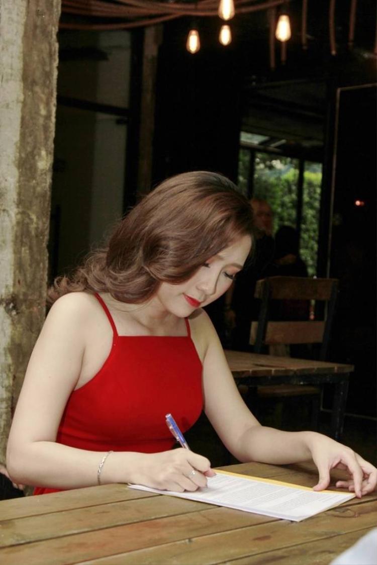 Bật mí về nữ MC xinh đẹp trong buổi ra mắt MV của Yến Lê