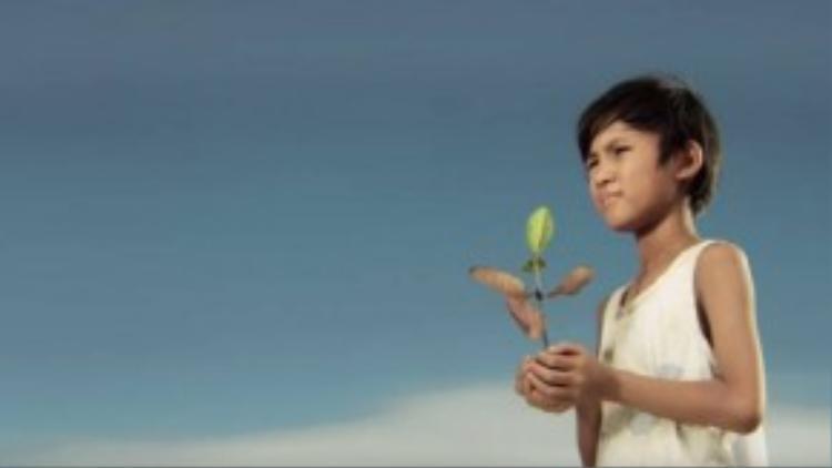 … và không mấy thay đổi trong MV Màu xanh của Trương Tri Trúc Diễm. Cảnh cậu bé cầm mầm xanh là hình ảnh biểu tượng cho một thế hệ tương lai của đất nước.