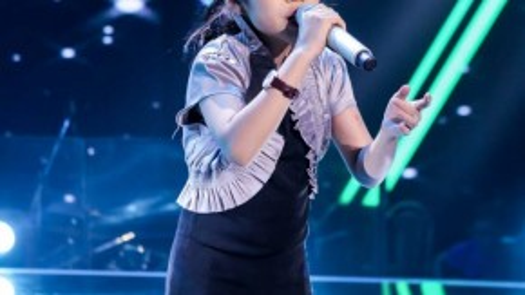 """Phương Khanh tập luyện cho tiết mục solo của mình. Cô bé chia sẻ """"Em đang cảm thấy rất tự tin, và sẽ không làm cho khán giả phải thất vọng""""."""