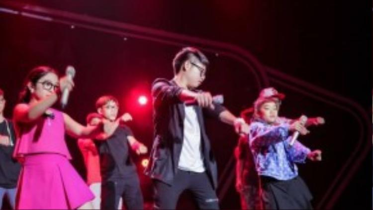 …bằng những động tác vũ đạo sôi động trên sân khấu.