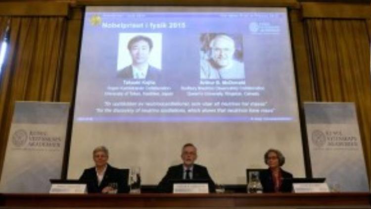 Chủ nhân mới của giải Nobel Vật lý 2015 là Takaaki Kajita đến từ Đại học Tokyo (Nhật) và Arthur B. McDonald thuộc Đại học Queen (Canada) với khám phá về việc hạt hạ nguyên tử neutrino có khối lượng, đối lập với phỏng đoán của chúng ta lâu nay. Khám phá về việc neutrino có khối lượng được cho là sẽ giúp các nhà vũ trụ học hiểu rõ hơn về cách vũ trụ tiến hóa và cách Mặt trời hoạt động, cũng như mở ra triển vọng giúp giới nghiên cứu cải thiện các nỗ lực tạo ra lò phản ứng nhiệt hạch trên Trái đất.