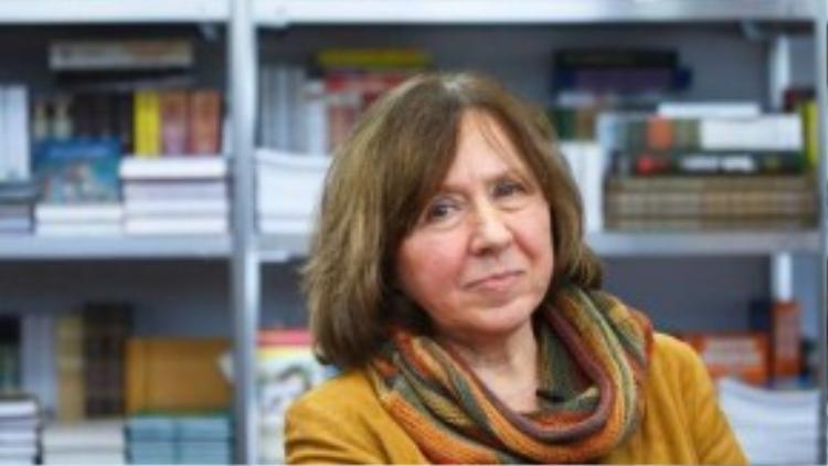 """Giải Nobel Văn học năm 2015 được trao cho nữ nhà văn người Belarus Svetlana Alexievich, 67 tuổi, """"để tôn vinh những dòng văn phức điệu của bà. Văn của bà là tượng đài tri ân sự đau khổ và lòng dũng cảm trong thời đại chúng ta. Những dòng văn phi thường giúp nhân loại hiểu biết sâu sắc hơn về cả một thời đại của thế giới - thời đại Liên bang Xô Viết"""". Bà được biết đến với những tác phẩm (tạm dịch) như """"Chiến tranh không có gương mặt phụ nữ"""", """"Những cậu bé kẽm""""…"""