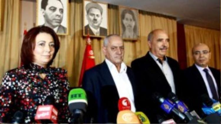 """Giải Nobel Hòa bình năm 2015 thuộc về """"Bộ tứ"""" trung gian đối thoại hòa bình tại Tunisia hôm 9/10. Nhóm trung gian hòa giải này, được thành lập năm 2013, gồm 4 tổ chức: Tổng liên đoàn lao động Tunisia (UGTT), Hiệp hội công nghiệp, thương mại và thủ công Tunisia (UTICA), Liên đoàn nhân quyền Tunisia (LTDH) và Nhóm luật sư Tunisia. Các tổ chức này đóng vai trò là nhà trung gian và động lực thúc đẩy hòa bình và dân chủ ở Tunisia."""