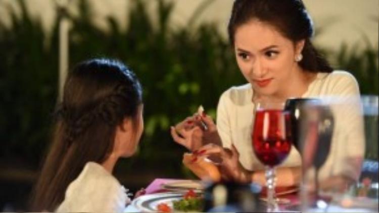 """Vào vai em gái Việt Trinh trong phim, Hương Giang Idol nhận được khá nhiều những lời khen từ nhà biên kịch, đạo diễn Châu Thổ và cả """"Người đẹp Tây Đô""""."""