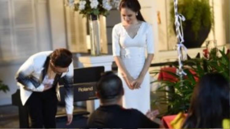 Với giọng hát ngọt ngào, Trung Quân mang đến buổi lễ kỷ niệm ngày cưới của Vy và Huy (do Việt Trinh và Đức Hải đóng) một không gian âm nhạc tràn đầy cảm xúc.