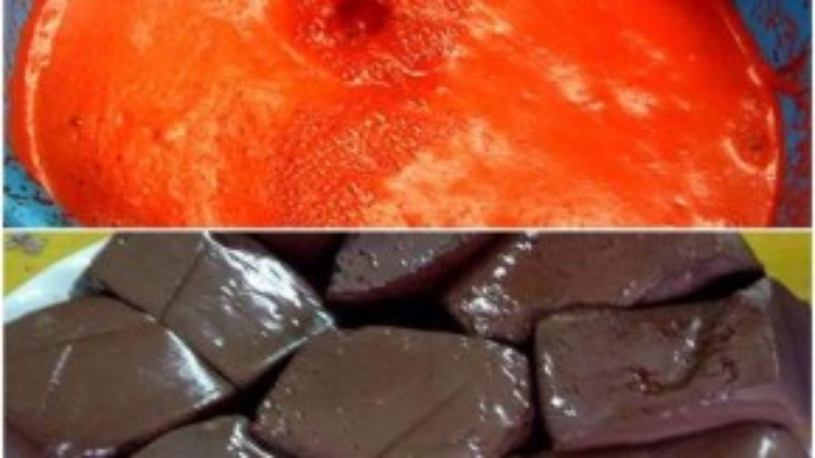 Tiết lợn màu đỏ… Luộc lên màu đen… Sợ quá không dám ăn :(( (Ảnh: Nguyễn Thanh Quang).
