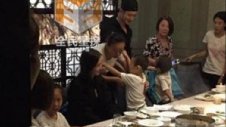 Huỳnh Hiểu Minh và Angela Baby trong buổi tiệc sau đám cưới.