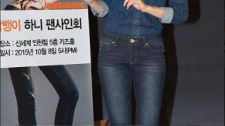 Hani đứng cạnh tấm poster quảng cáo in hình cô diện thiết kế jeans. Cánh săn ảnh chụp được khoảnh khắc chênh lệch lớn giữa Hani và bức ảnh cô làm mẫu. Dễ nhận ra nhất là đôi chân đã được photoshop chỉnh sửa thon gọn bất ngờ, ngoài ra, tỷ lệ thân hình nữ ca sĩ trong ảnh cũng bất cân đối.