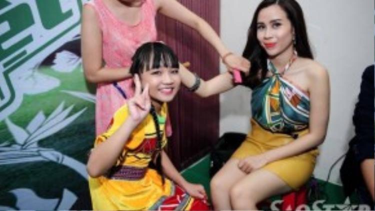 """Ca sĩ nhí Hoàng Kim Quỳnh Anh hào hứng chụp hình cùng """"cô giáo"""" cũ."""