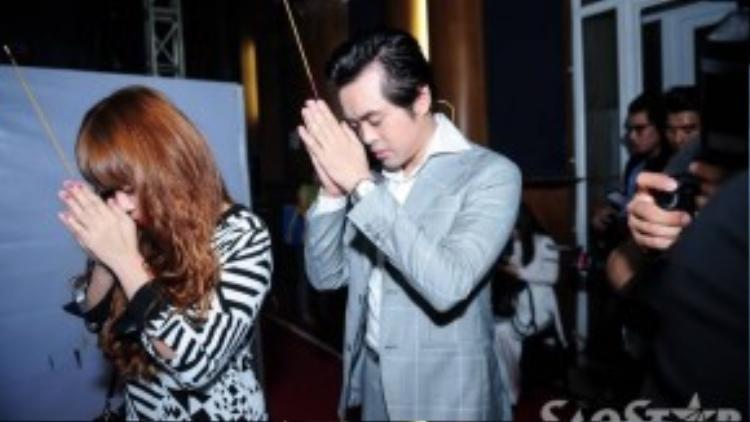 Anh cùng giám đốc âm nhạc của chương trình - nhạc sĩ Lưu Thiên Hương và ca sĩ Cẩm Ly thắp hương khấn Tổ trước khi di chuyển ra sân khấu.