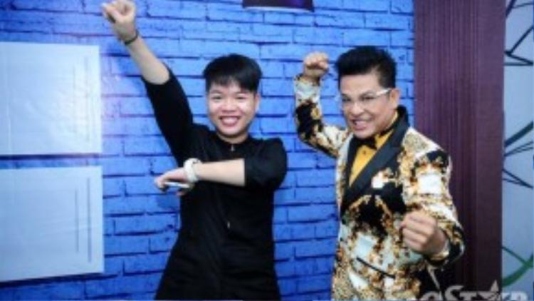 """MC Thanh Bạch tạo dáng """"nhắng nhít"""" cùng Đức Phúc sát giờ chương trình lên sóng."""