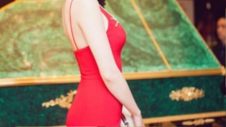 Nữ diễn viên xinh đẹp khéo léo khoe đường cong quyến rũ. Cô trở nên sang trọng và cuốn hút bên dàn sao xuất hiện trong buổi tiệc.