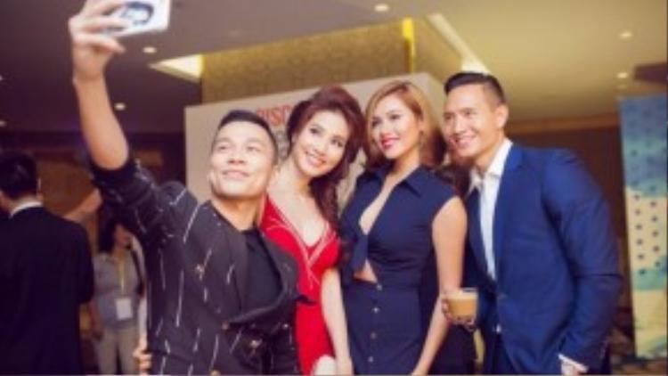 Nam diễn viên Việt kiều vui vẻ chụp ảnh tự sướng cùng á hậu Hoàng My, Diễm My và NTK Adrian Anh Tuấn.