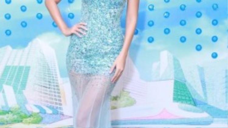 Nếu Diễm My lựa chọn trang phục tông đỏ, thì siêu mẫu Hà Anh lại khoe đôi chân dài trong chiếc váy đuôi cá màu xanh. Siêu mẫu sinh năm 1982 luôn biết cách để lại dấu ấn cho người đối diện mỗi lần xuất hiện. Cả Diễm My và Hà Anh đều chọn những chiếc đầm hở vai được thiết kế ấn tượng, qua đó làm nổi bật lên vẻ đẹp cơ thể của người phụ nữ.