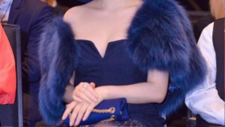 Tối ngày 10/10, show thời trang thường niên Elle Show diễn ra tại TP HCM thu hút sự quan tâm của các tín đồ thời trang và nhiều nghệ sĩ Việt. Lý Nhã Kỳ đến tham dự show thời trang với bộ cánh được đầu tư ấn tượng. Cô nổi bật với phong cách sang trọng và quý phái.