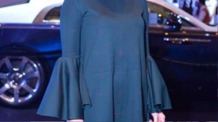 Trong khi đó, em gái Yến Nhi lại kín bưng với trang phục màu đen.