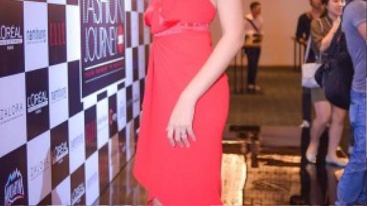 Hoa hậu Hương Giang diện sắc đỏ đơn giản nhưng vẫn sexy và quyến rũ.